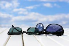 在海滩桌上的太阳镜 免版税库存照片