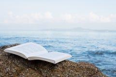 在海滩概念的书 免版税库存图片