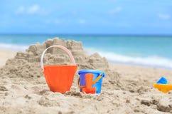 在海滩概念的孩子戏剧 免版税图库摄影