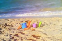 在海滩概念的孩子戏剧 免版税库存图片