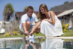 在海滩水池的一对年轻夫妇 免版税图库摄影