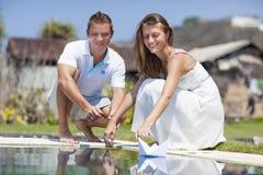 在海滩水池的一对年轻夫妇 库存照片