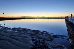 在海洋水池的黎明前 库存图片
