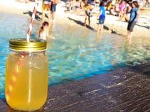 在海滩沙子和热带海景的Mojito鸡尾酒 免版税图库摄影