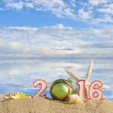 在海滩沙子的新年2016标志 免版税图库摄影