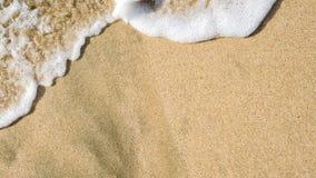 在海滩沙子的柔和的波浪洗涤 免版税库存照片