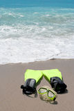在海滩沙子的概念性潜航的和游泳的齿轮 图库摄影