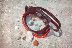 在海滩沙子的潜水面具 免版税库存照片