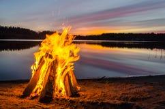 在海滩沙子的篝火 免版税库存图片