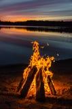 在海滩沙子的篝火 库存图片