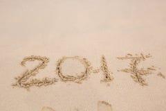 在海滩沙子的题字2017年 免版税库存照片
