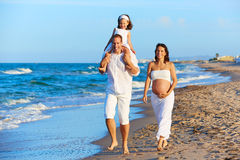 在海滩沙子走的愉快的家庭 免版税库存图片