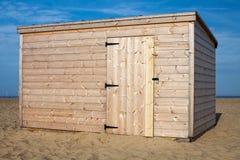 在海滩流洒的新的松林 没有漆的存贮小屋 库存图片
