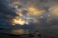 在海洋海岸天空斐济的日落 库存图片