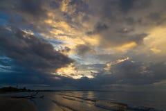 在海洋海岸天空斐济的日落 免版税库存图片