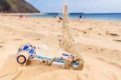 在海洋海岸的小船 免版税库存照片