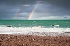 在海洋海岸的美丽的彩虹 库存图片