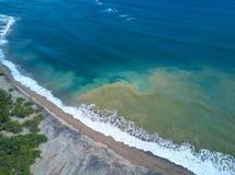 在海洋海岸的肮脏的水 免版税库存照片