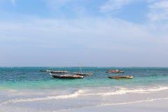 在海洋海浪的木渔船 免版税库存照片