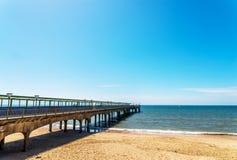 在海洋海湾的码头,美丽的蓝色海洋单块玻璃,蓝色晴朗的s 库存照片