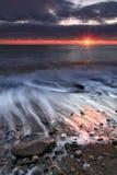 在海洋海滩的日出 免版税库存图片