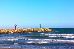 在海洋海角的红色和绿色灯塔 图库摄影