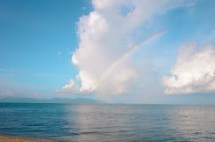 在海洋海滩天际的彩虹  免版税库存图片