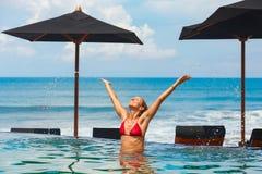 在海洋海滩无限水池的女子游泳 免版税图库摄影
