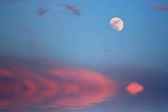在海洋海滩的五颜六色的日落 免版税库存图片