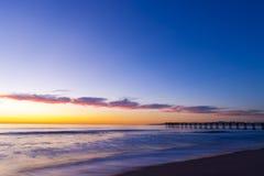 在海洋海滩8的五颜六色的日落 库存照片