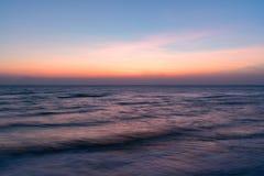 在海洋海滩的日出 免版税库存照片