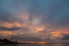 在海洋海滩的日落 斐济 免版税库存图片