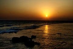 在海洋海滩的晚上日落 库存图片