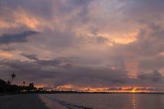 在海洋海滩的桃红色日落 斐济 免版税库存照片