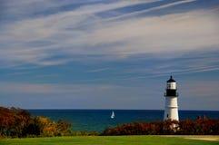 在海洋海滩的灯塔在一个晴天 免版税库存照片