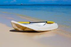 在海洋海滩的独木舟 库存照片