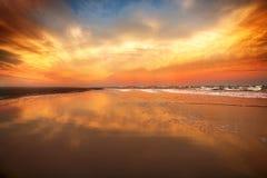 在海洋海滩的美丽的日落天空 库存照片