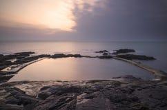 在海洋游泳池的日出在春天 免版税库存图片