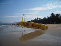 在海滩澳大利亚的黄色水橇板 库存图片
