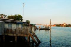 在海滩生活村庄旁边 轰隆Ta恩赐出海口, Phetchaburi,泰国 库存图片