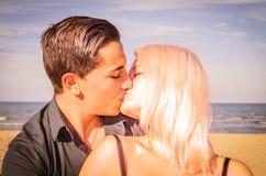 在海滩的一个亲吻 库存照片
