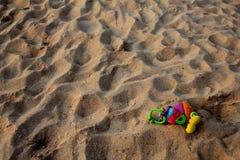 在海滩的一个偏僻的玩具 库存照片