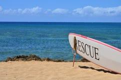 在海滩的一个冲浪板 免版税库存图片
