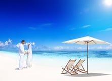 在海滩的一个夫妇婚礼 免版税库存照片