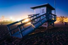 在海滩的一个救生员塔在晚上 库存照片