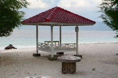 在海滩的一个棚子在巴厘岛,印度尼西亚 免版税库存图片