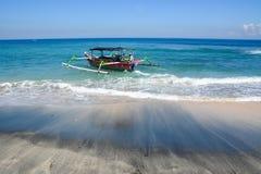 在海滩的一个渔船在巴厘岛,印度尼西亚 库存照片