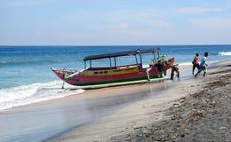在海滩的一个渔船在巴厘岛,印度尼西亚 库存图片