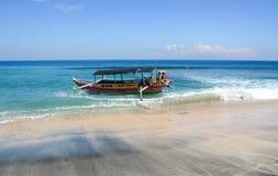 在海滩的一个渔船在巴厘岛,印度尼西亚 免版税图库摄影