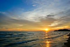 在海滩的一个美好的晚上, Chaolao海滩,庄他武里,泰国 免版税库存图片